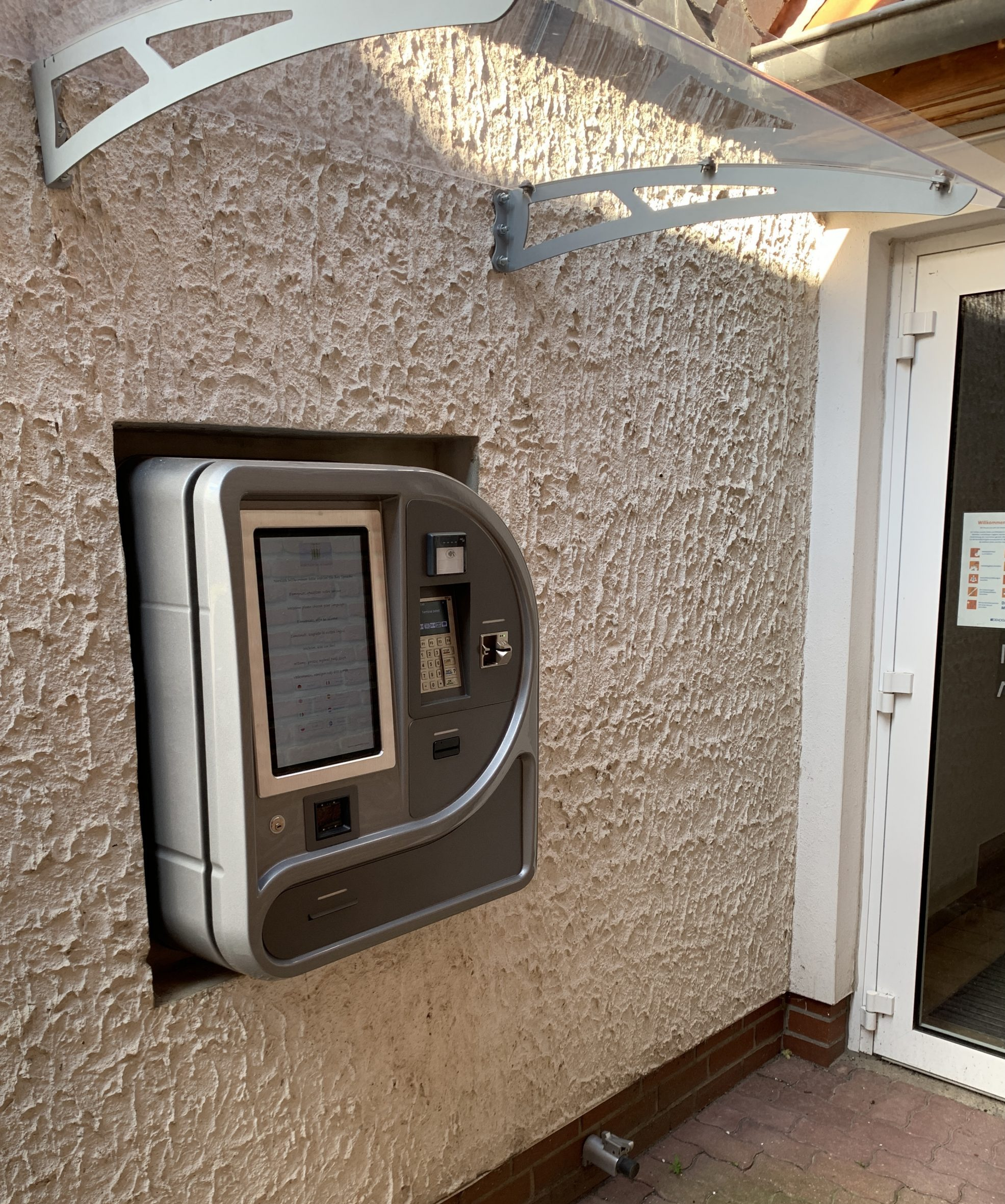 Nachteingang mit Check-In Automat