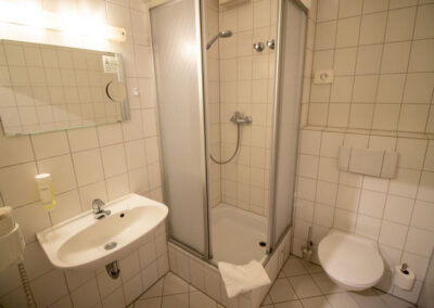 """Badezimmer des Doppelzimmers """"Komfort"""" im Hotel Fallersleber Spieker"""