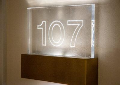 Zimmernummern leuchten Ihnen den Weg, zu einer ruhigen Nacht.